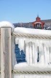 冰冷的绳索障碍特写镜头在Seneca湖港口  免版税库存照片