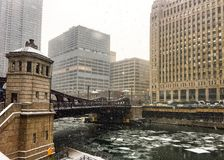 冰冻大块在芝加哥河的在12月下午的大雪期间 免版税库存照片