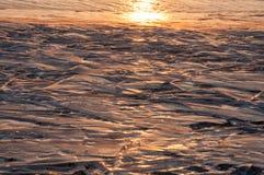 冰冻贝加尔湖的纹理在冬天在阳光下在日落 库存照片