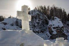 冰十字架在一个冷的冬天早晨 免版税库存图片