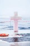 冰十字架并且在突然显现的冬天池塘钻孔 免版税库存照片