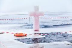 冰十字架并且在突然显现的冬天池塘钻孔 免版税图库摄影