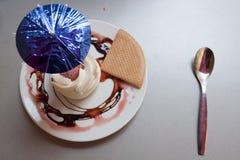 冰和奶油色点心与伞 免版税库存图片