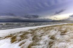 冰和雪在休伦湖海岸线在12月 免版税库存图片