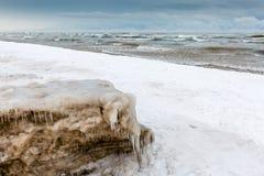 冰和雪在休伦湖海岸线在12月 库存图片