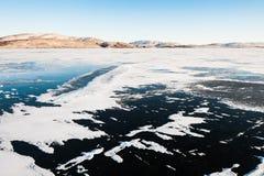 冰和雪在冻湖 图库摄影