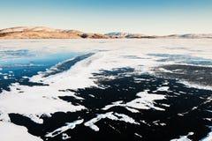 冰和雪在冻湖 免版税图库摄影