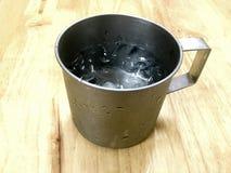 冰和水在不锈钢杯子 免版税库存图片