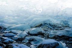 冰和水 雪和河岩石 图库摄影