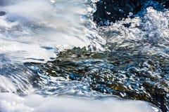 冰在一条流动的河的水中 库存照片