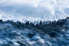 冰在一条流动的河的水中 免版税库存照片