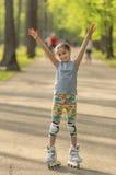 滑冰在公园的逗人喜爱的青少年的女孩周末 库存图片