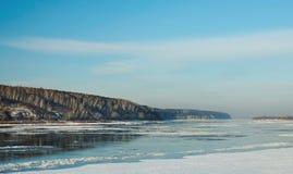 结冰在冬天初期的河  免版税库存图片