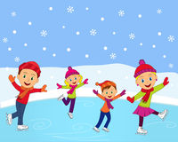 滑冰在冬天的愉快的家庭 免版税库存照片