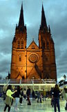 滑冰在冬天节日的人们在圣玛丽' s大教堂 库存图片