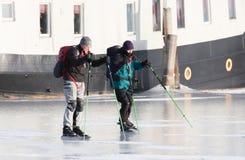 滑冰在发光的冰的两个人 免版税库存照片
