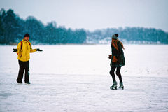 滑冰在多雪的特拉凯的女孩和人 免版税图库摄影
