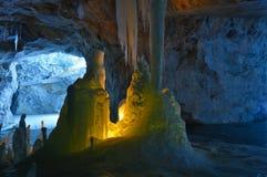 冰在大理石矿里面的蜡烛和钟乳石照亮的石笋 图库摄影