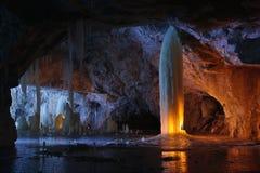 冰在大理石矿里面的蜡烛照亮的专栏 库存图片
