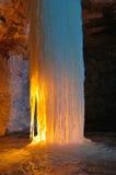 冰在大理石矿里面的蜡烛照亮的专栏 库存照片