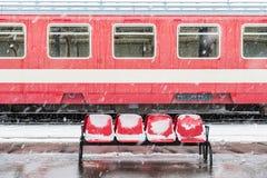 冰在大雪期间的结冰的火车 免版税库存照片