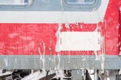 冰在大雪期间的结冰的火车 库存图片