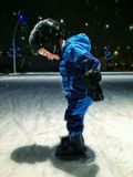 滑冰在室外溜冰场的男孩 免版税库存照片