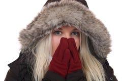 结冰在寒冷的少妇在与手套和盖帽的冬天 免版税库存照片