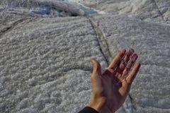 冰在手中 库存照片