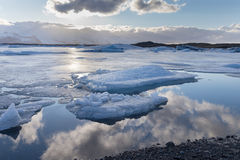 冰在有天空反射地平线的湖 库存照片