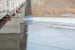 冰在桥梁下 基于桥梁冰 一座大冰川 冰山在城市 图库摄影