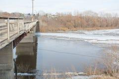 冰在桥梁下 基于桥梁冰 一座大冰川 冰山在城市 免版税库存照片