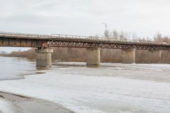 冰在桥梁下 基于桥梁冰 一座大冰川 冰山在城市 免版税库存图片