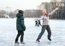 滑冰在池塘的人们在俄国公园浮出水面 免版税图库摄影