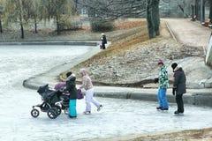 滑冰在池塘的人们在俄国公园浮出水面 免版税库存图片