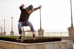 滑冰在海边的溜冰者男孩 免版税图库摄影