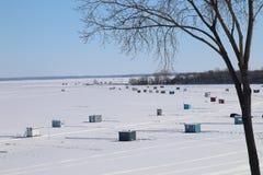 冰在湖的渔棚子 库存图片