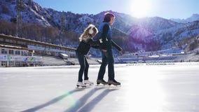滑冰在溜冰场的愉快的孩子室外 股票录像