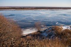 冰在被解冻的河在春天 库存照片