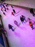 滑冰在滑冰场的人们 库存图片