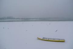 冰在冻多瑙河的capured黄色小船 免版税库存图片