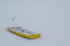 冰在冻多瑙河的capured黄色小船 库存图片