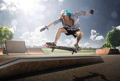 滑冰在晴天的老人 免版税库存照片