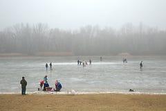 滑冰在冻湖 免版税图库摄影