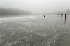 滑冰在冻湖 免版税库存照片