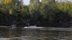 滑冰在wakeboard的水 绞盘公园 影视素材