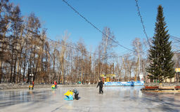 滑冰场在城市在克麦罗沃市停放 免版税库存图片