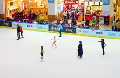 滑冰场的人们 库存照片