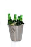 冰块、柠檬切片和绿色啤酒瓶特写镜头视图在桶 库存照片
