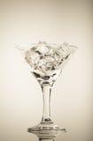 冰块和马蒂尼鸡尾酒玻璃在白色背景 定调子 库存图片